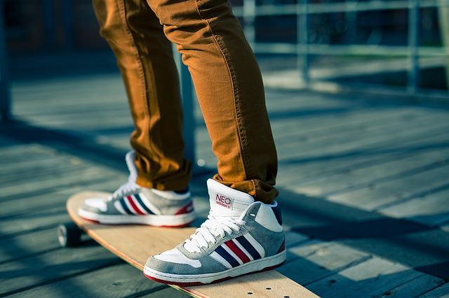 skateboard a sportovní obuv