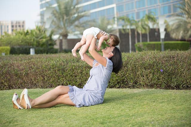 máma s dítětem v parku